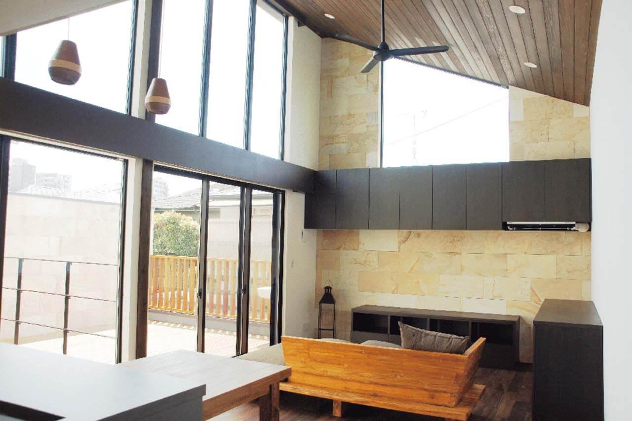 西荻窪の家|天然素材を使ったリビングと一体になった屋外テラス